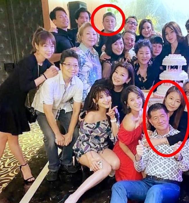 Đưa chồng đi dự tiệc của hội bạn thân, Lâm Tâm Như lại vô tư ôm người đàn ông khác để mặc Hoắc Kiến Hoa đứng một góc lủi thủi - Ảnh 1.