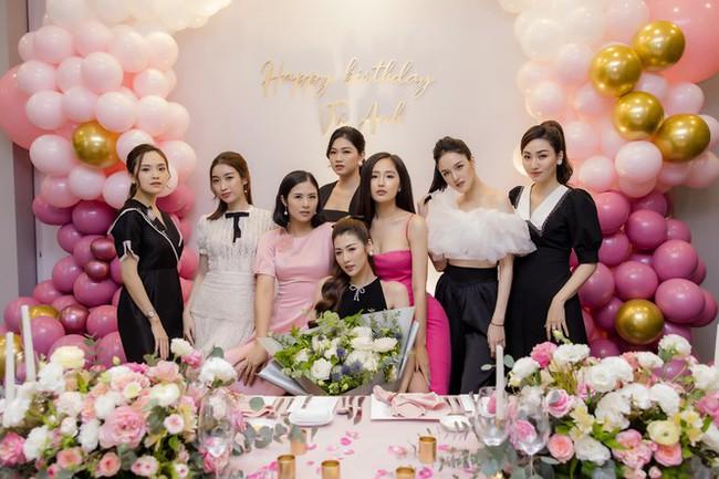 Để ý mới thấy, hội Hoa hậu - Á hậu Hà Thành thường xuyên tụ hội nhưng chẳng lần nào có mặt Huyền My - Ảnh 6.