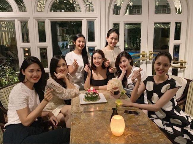 Để ý mới thấy, hội Hoa hậu - Á hậu Hà Thành thường xuyên tụ hội nhưng chẳng lần nào có mặt Huyền My - Ảnh 2.