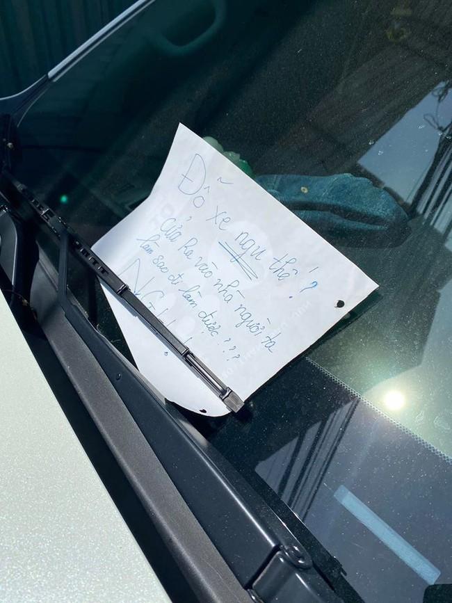 Chiếc xe ô tô bị dán 3 mảnh giấy với nội dung đầy phẫn nộ, tài xế chẳng may may biết, vẫn hồn nhiên chạy xe ra đường - Ảnh 5.
