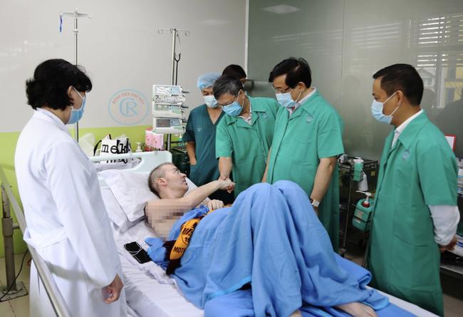 Bệnh nhân số 91 tươi tỉnh thử lực chân cùng bác sĩ, có thể về nước ngày 12/7 không cần cách ly - Ảnh 1.