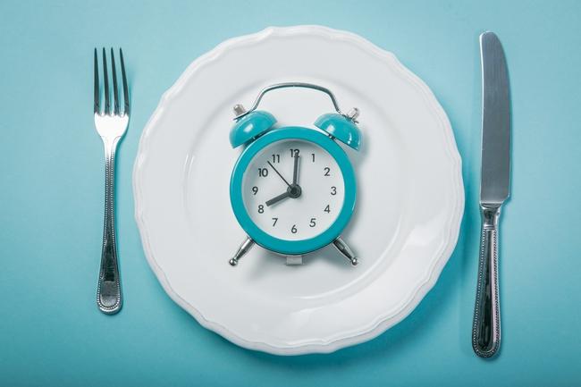 Nghiên cứu gần đây chỉ ra ăn tối sớm có thể giúp đốt cháy mỡ thừa và làm hạ đường huyết - Ảnh 1.