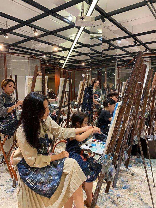Lưu Hương Giang cùng con gái tham gia lớp học vẽ.