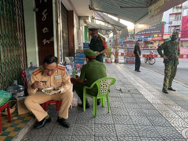 Tình người trong lúc khó khăn vì Covid-19 ở Đà Nẵng: Phát mì tôm dọc đường cho sinh viên, đưa nước miễn phí vào bệnh viện C - Ảnh 6.