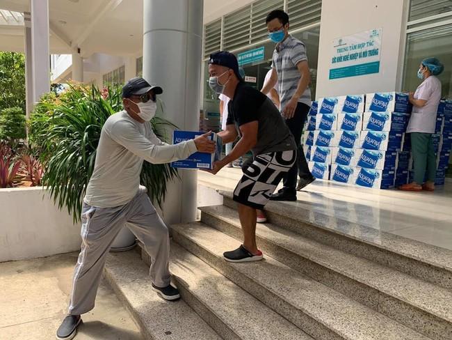 Tình người trong lúc khó khăn vì Covid-19 ở Đà Nẵng: Phát mì tôm dọc đường cho sinh viên, đưa nước miễn phí vào bệnh viện C - Ảnh 5.