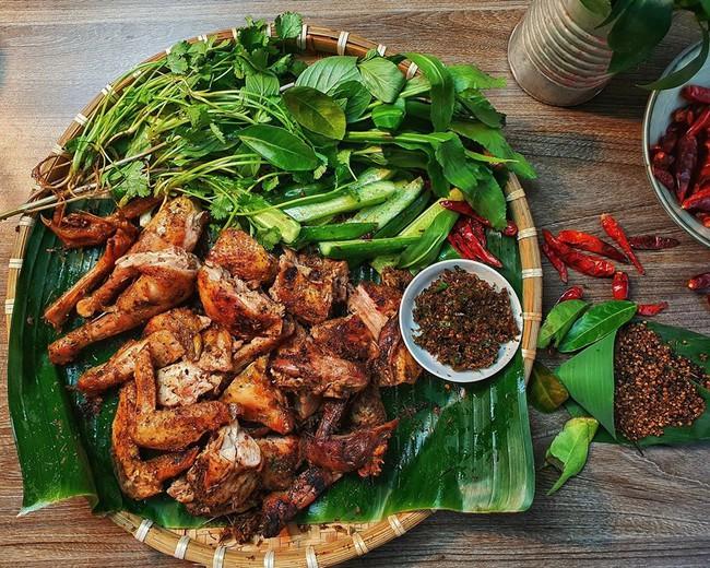 """""""Bẻ lái"""" sang lĩnh vực ẩm thực, trai đảm Sài Thành được dân bản mách nước cho cách làm món gà nướng mắc khén - chẩm chéo Tây Bắc thơm ngon chuẩn vị - Ảnh 1."""