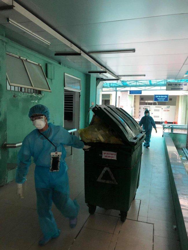 Nhân viên vệ sinh - những chiến sĩ thầm lặng trong cuộc chiến Covid-19: Bệnh viện là nhà, ngủ trên nền đất hay nhà vệ sinh - Ảnh 3.