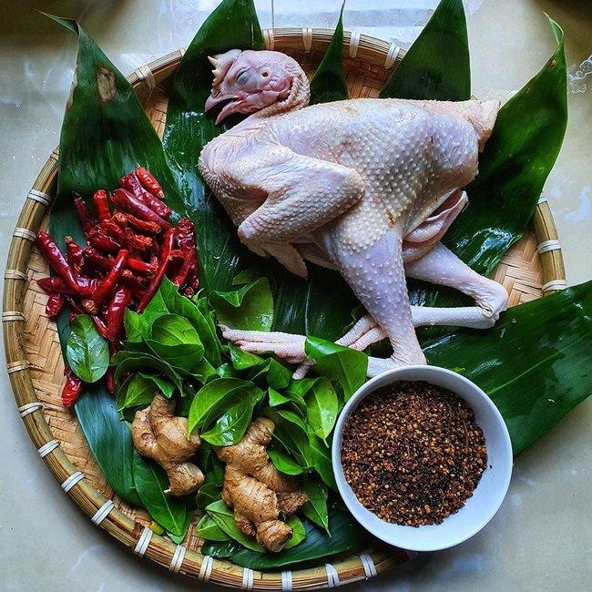 """""""Bẻ lái"""" sang lĩnh vực ẩm thực, trai đảm Sài Thành được dân bản mách nước cho cách làm món gà nướng mắc khén - chẩm chéo Tây Bắc thơm ngon chuẩn vị - Ảnh 3."""