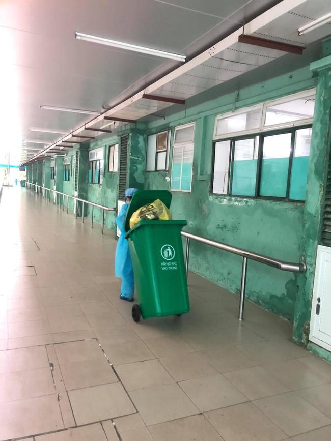 Nhân viên vệ sinh - những chiến sĩ thầm lặng trong cuộc chiến Covid-19: Bệnh viện là nhà, ngủ trên nền đất hay nhà vệ sinh - Ảnh 4.