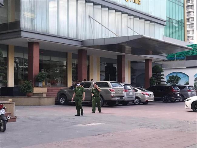Bé trai 5 tuổi rơi từ tầng 9 khách sạn tử vong thương tâm - Ảnh 2.