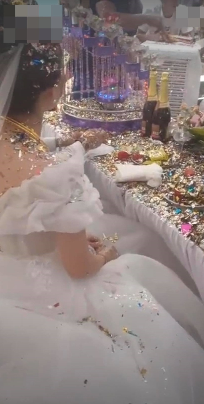 """Cô dâu chú rể """"choáng váng"""" trước màn bắn pháo đám cưới quá mức vô duyên, nhìn hình ảnh bánh kem """"không còn nhận ra"""" trên bàn mà xót xa hộ - Ảnh 1."""