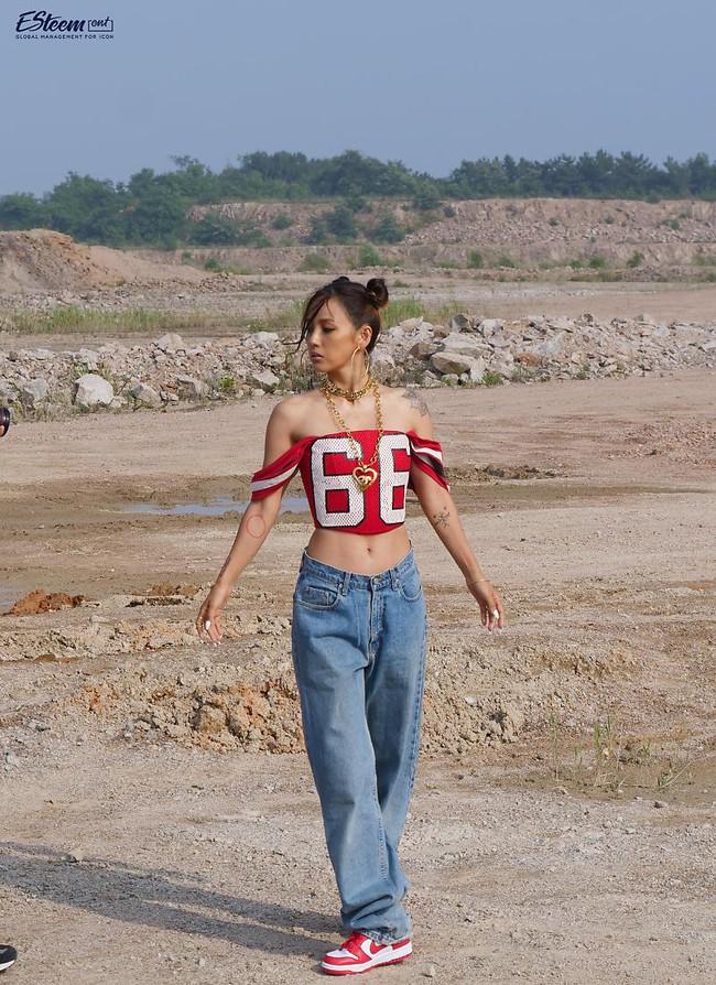 """Đã 41 tuổi nhưng chị đại Lee Hyori vẫn diện """"ngon ơ"""" loạt outfit xì tin chơi bời, các gái đôi mươi chưa chắc đã đuổi kịp  - Ảnh 3."""