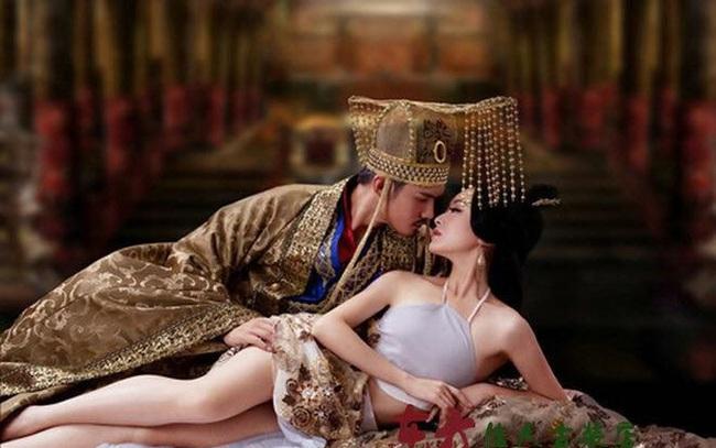 Ca kỹ hầu rượu với kỹ năng phòng the tuyệt đỉnh mà bước lên ngôi Hoàng hậu, làm đẹp bằng cách thức kinh dị đến cả đời chẳng thể có con - Ảnh 2.