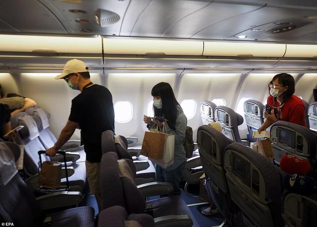Đài Loan cho dân đi máy bay giả vờ để xoa dịu những con tim thèm du lịch - Ảnh 3.