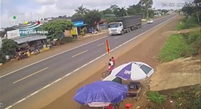 Xe ô tô va chạm nghiêm trọng với vé trai bất ngờ lao ra đường gióng lên hồi chuông cảnh báo với gia đình có con nhỏ gần đường lớn - Ảnh 1.