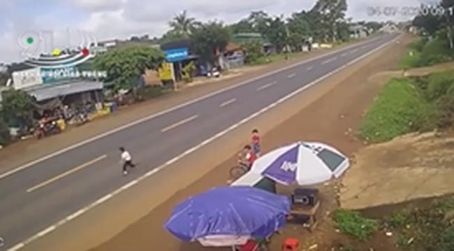 Xe ô tô va chạm nghiêm trọng với vé trai bất ngờ lao ra đường gióng lên hồi chuông cảnh báo với gia đình có con nhỏ gần đường lớn - Ảnh 2.
