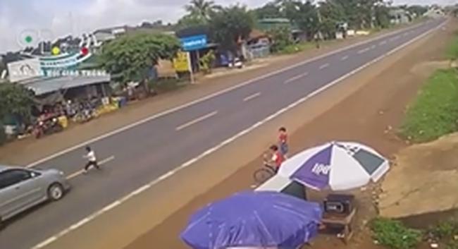 Xe ô tô va chạm nghiêm trọng với vé trai bất ngờ lao ra đường gióng lên hồi chuông cảnh báo với gia đình có con nhỏ gần đường lớn - Ảnh 3.