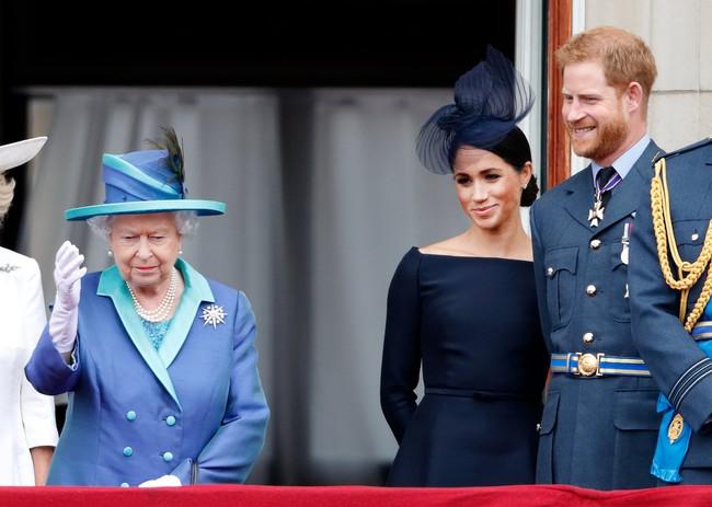 """Nữ hoàng Anh bất ngờ bị chỉ trích vì lời tuyên bố của cháu dâu """"bất trị"""" Meghan Markle, cuộc chiến hoàng gia thực sự giờ mới bùng nổ - Ảnh 1."""