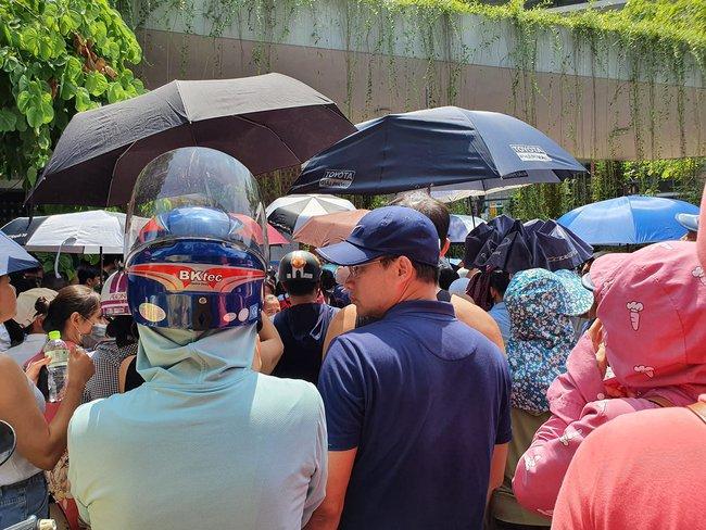 """Nhìn cảnh tượng đông nghèn nghẹt ngày thi vào THCS Lương Thế Vinh, nhiều người phải thốt lên """"thương cha mẹ học sinh quá"""" - Ảnh 1."""