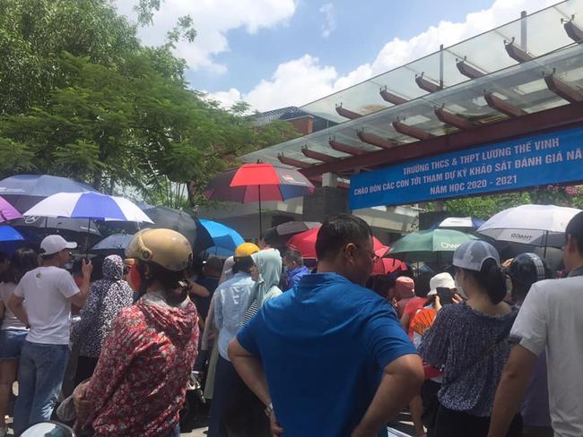 """Nhìn cảnh tượng đông nghèn nghẹt ngày thi vào THCS Lương Thế Vinh, nhiều người phải thốt lên """"thương cha mẹ học sinh quá"""" - Ảnh 2."""