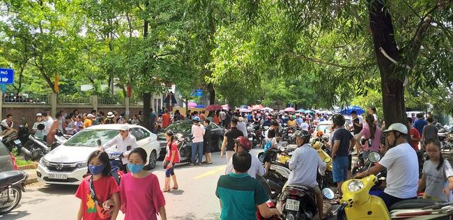 """Nhìn cảnh tượng đông nghèn nghẹt ngày thi vào THCS Lương Thế Vinh, nhiều người phải thốt lên """"thương cha mẹ học sinh quá"""" - Ảnh 3."""