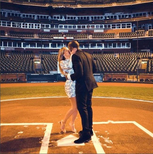 Nam ca sĩ gây chấn động khi tuyên bố tranh cử Tổng thống Mỹ và cuộc hôn nhân với người vợ đã 2 đời chồng, thị phi bậc nhất Hollywood - Ảnh 1.