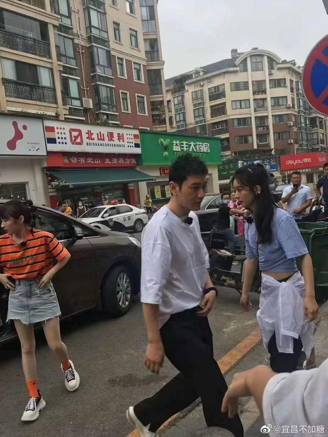 """""""Nhà hàng Trung Hoa 4"""": Lộ thêm ảnh đời thường của Triệu Lệ Dĩnh, người đi đường phán thực sự rất gầy  - Ảnh 9."""