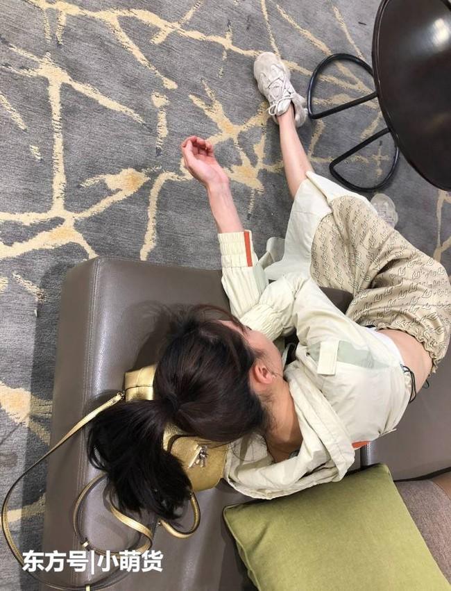 """Cười bể bụng với loạt khoảnh khắc mỹ nhân Hoa ngữ khoe trọn tướng ngủ bá đạo: Lưu Diệc Phi ngủ cũng phải """"show"""" chân dài, Triệu Lệ Dĩnh đứng cũng ngủ được - Ảnh 1."""