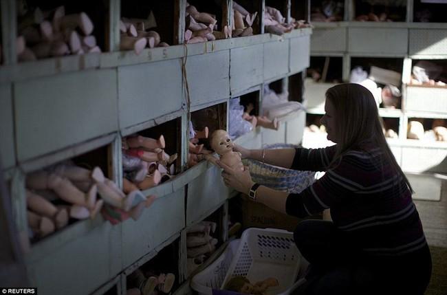 Các bộ phận cơ thể ngổn ngang tại bệnh viện sửa búp bê, công việc phục vụ trẻ nhỏ nhưng diễn ra trong không gian u ám đến lạnh người - Ảnh 3.
