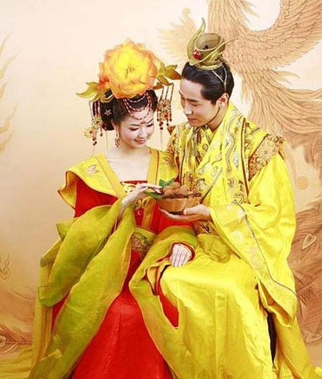 """Vị Hoàng đế Trung Hoa có cuộc sống hôn nhân cực """"lạ"""": Suốt đời một vợ một chồng bởi lý do đằng sau u ám đến cực điểm - Ảnh 2."""