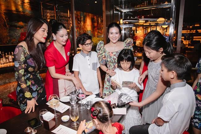 Hội bạn thân toàn hoa hậu, nữ đại gia của bà xã Bình Minh: Ai cũng giàu có sang chảnh thần thái ngút trời, hội hot kid cũng thân thiết không kém các mẹ - Ảnh 6.