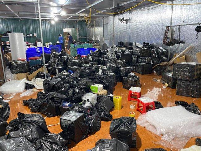 Đột kích tổng kho hàng lậu rộng hơn 10.000 mét vuông do 9x Lào Cai làm chủ, phát hiện hàng nghìn sản phẩm thời trang 'lởm' chuyên bán qua livestream - Ảnh 5.