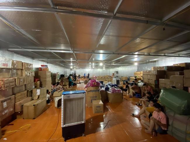 Đột kích tổng kho hàng lậu rộng hơn 10.000 mét vuông do 9x Lào Cai làm chủ, phát hiện hàng nghìn sản phẩm thời trang 'lởm' chuyên bán qua livestream - Ảnh 10.