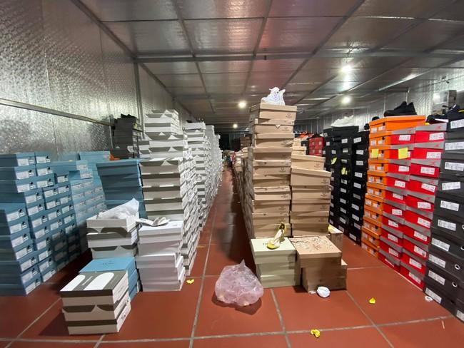 Đột kích tổng kho hàng lậu rộng hơn 10.000 mét vuông do 9x Lào Cai làm chủ, phát hiện hàng nghìn sản phẩm thời trang 'lởm' chuyên bán qua livestream - Ảnh 9.