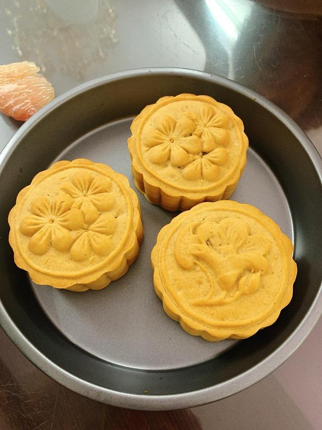 Không cần lò nướng, 8X ở Sài Gòn trổ tài làm bánh Trung thu bằng nồi chiên không dầu ngon xuất sắc  - Ảnh 1.