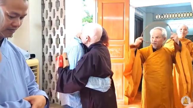 Nghẹn lòng  xem lại clip nghệ nhân ẩm thực Nguyễn Dzoãn Cẩm Vân xuống tóc đi tu cách đây 1 năm, thần thái cô vui vẻ nhưng người nhà thì không cầm được nước mắt - Ảnh 4.