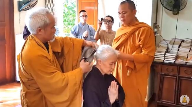 Nghẹn lòng  xem lại clip nghệ nhân ẩm thực Nguyễn Dzoãn Cẩm Vân xuống tóc đi tu cách đây 1 năm, thần thái cô vui vẻ nhưng người nhà thì không cầm được nước mắt - Ảnh 2.