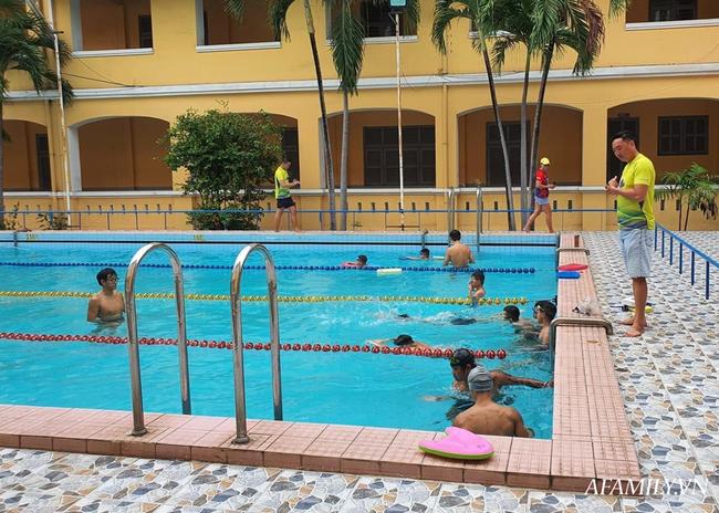 Có một lớp dạy bơi miễn phí cho trẻ em cơ nhỡ giữa lòng Sài Gòn, nơi đầy ắp tiếng cười và tình thương - Ảnh 9.