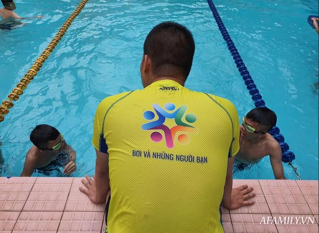 Có một lớp dạy bơi miễn phí cho trẻ em cơ nhỡ giữa lòng Sài Gòn, nơi đầy ắp tiếng cười và tình thương - Ảnh 1.