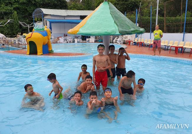 Có một lớp dạy bơi miễn phí cho trẻ em cơ nhỡ giữa lòng Sài Gòn, nơi đầy ắp tiếng cười và tình thương - Ảnh 6.