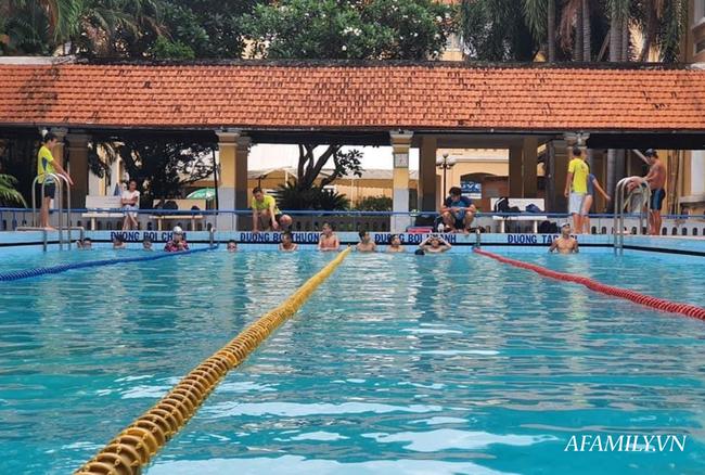 Có một lớp dạy bơi miễn phí cho trẻ em cơ nhỡ giữa lòng Sài Gòn, nơi đầy ắp tiếng cười và tình thương - Ảnh 7.