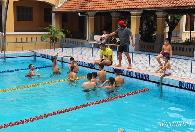 Có một lớp dạy bơi miễn phí cho trẻ em cơ nhỡ giữa lòng Sài Gòn, nơi đầy ắp tiếng cười và tình thương - Ảnh 3.