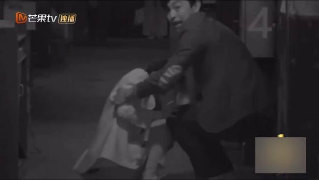 Bị hù dọa mà Dương Mịch sống chết ngồi 1 chỗ, Đặng Luân kéo lê cô cả mét khiến netizen dậy sóng - Ảnh 3.