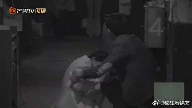 Bị hù dọa mà Dương Mịch sống chết ngồi 1 chỗ, Đặng Luân kéo lê cô cả mét khiến netizen dậy sóng - Ảnh 2.