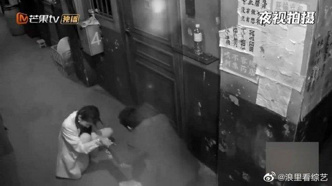 Bị hù dọa mà Dương Mịch sống chết ngồi 1 chỗ, Đặng Luân kéo lê cô cả mét khiến netizen dậy sóng - Ảnh 6.