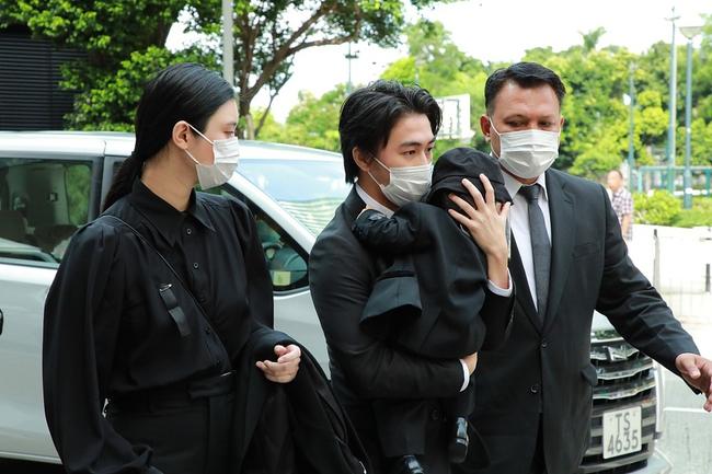 """Xuất hiện cùng chồng và con trai tại tang lễ """"vua sòng bài Macau"""", nhưng dân tình lại chú ý tới vòng 2 của """"siêu mẫu Victoria's Secret"""" Hề Mộng Dao  - Ảnh 1."""