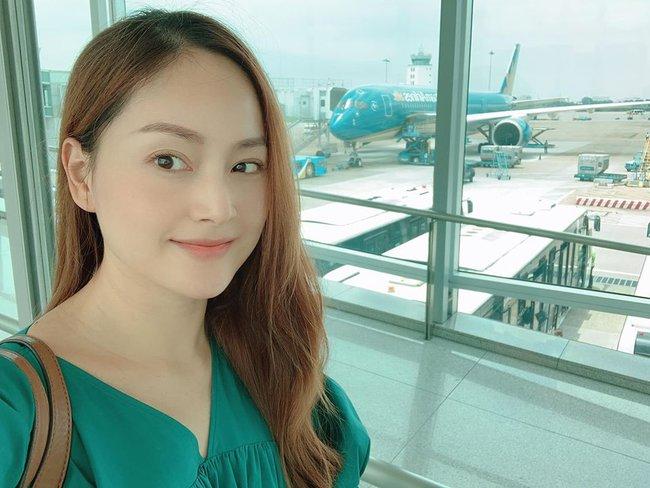 Mẹ đang góp phần 'giải cứu' ngành hàng không đấy Lina ạ. Vì cứ 2 ngày lại bay một chuyến để ra thăm con mà, Lan Phương nhắn nhủ với con gái.