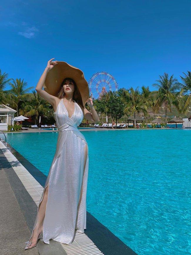 Maya khoe dáng quyến rũ bên hồ bơi xanh trong.