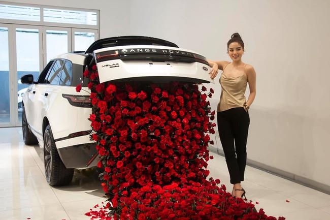 Kỳ Duyên nhận được rất nhiều hoa hồng trong buổi lễ nhận xế hộp mới tậu.