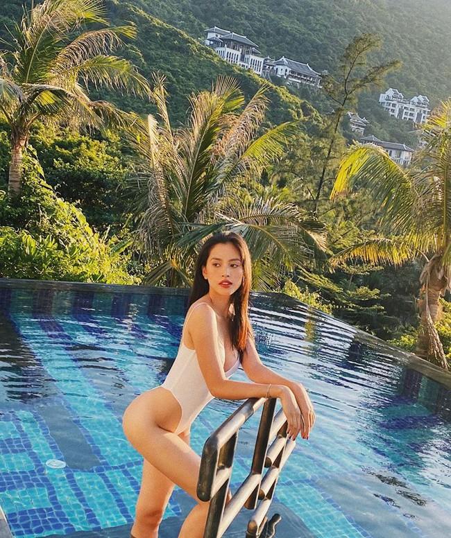 Tiểu Vy phô diễn đường cong nóng bỏng trong bộ đồ bơi tông trắng.